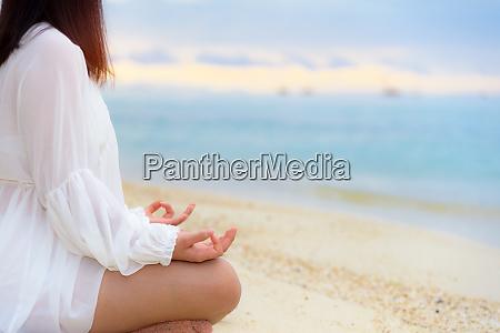 asiatische junge frau die yoga am