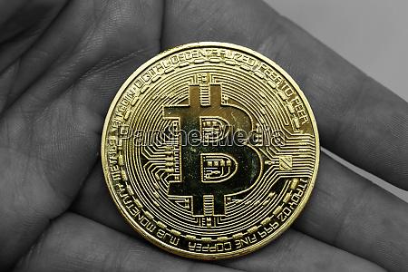 golden, erd, bitcoin, in, der, hand - 27154760