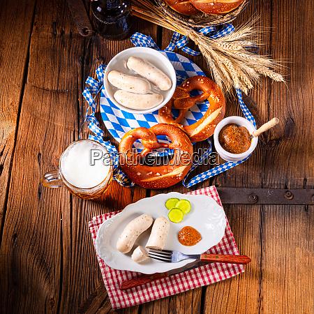 weisswurstbrezeln und bier fuers oktoberfest