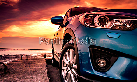 blaue kompakte suv auto mit sport