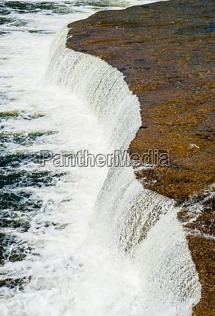 breiter flacher wasserfall der in den