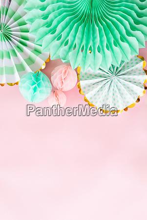 rosa hintergrund mit party dekorationen
