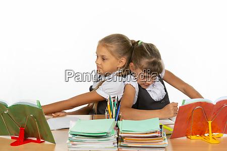 zwei maedchen teilen sich einen schreibtisch