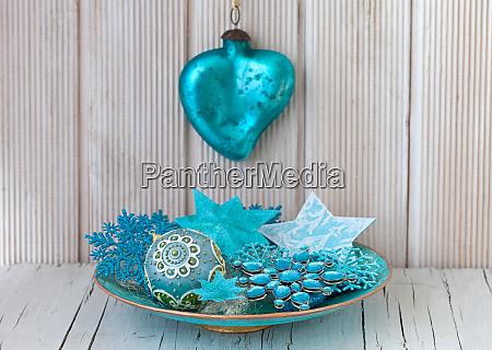 blau tuerkis weihnachtsschmuck in einer schuessel