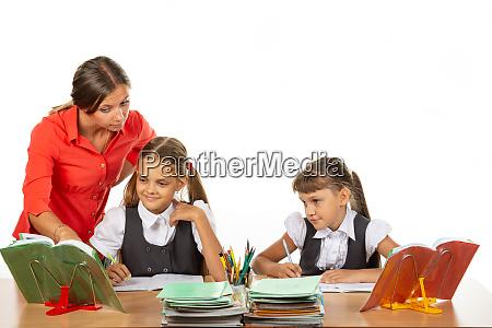 der lehrer hilft die aufgabe des