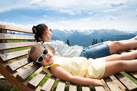 maedchen und mutter entspannen in sonnenliege