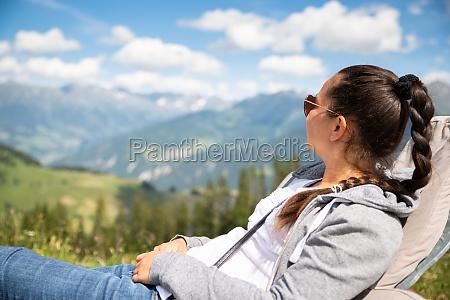 frau entspannen in sonnenliege