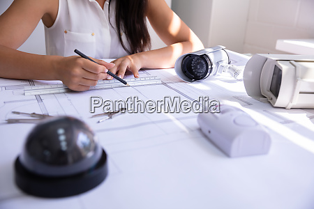 weibliche architektzeichnung blaupause mit bleistift