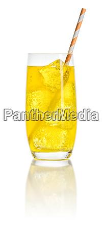 ein orangefarbenes erfrischungsgetraenk mit eiswuerfeln und