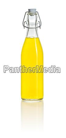 flasche gefuellt mit einem orangen erfrischungsgetraenk