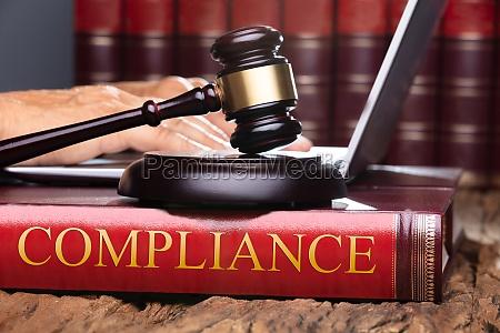 richter gavel und resonanzbrett auf compliance
