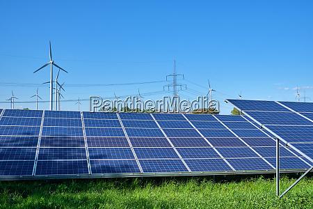 sonnenkollektoren windkraftanlagen und strommasten in deutschland
