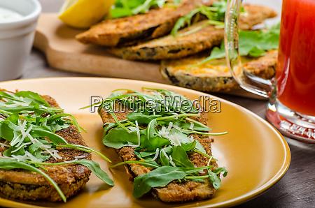 gebackener auberginenparmesan und rucola