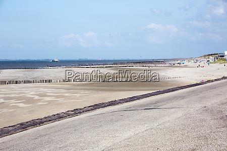 kuestenschutz durch holzgroynes am sandstrand im