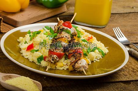 couscous mit gemuese und huehnerspiess