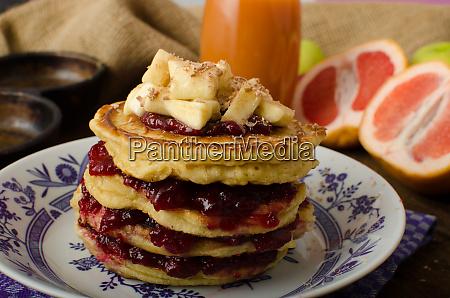 hausgemachte pfannkuchen mit marmelade und bananen