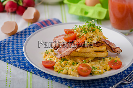 scrambled eggs with bacon and french