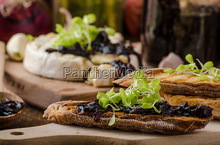 toasted bread with brie cheese and