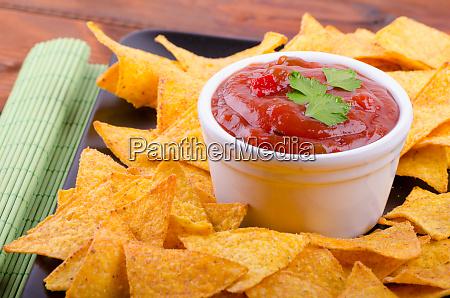 tortilla-chips, mit, würziger, tomatensalsa - 27222252