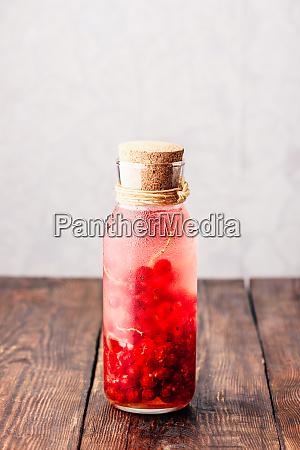 rote johannisbeere infundiertes wasser