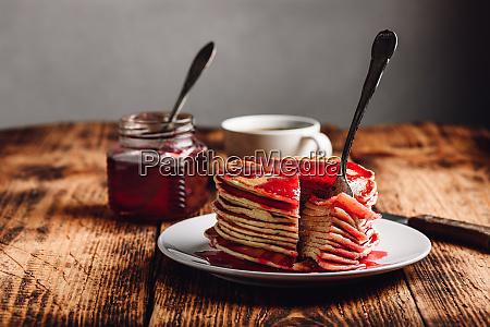 stapel von amerikanischen pfannkuchen mit roter