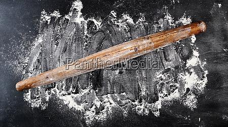 sehr alter holz nudelholz auf schwarzem