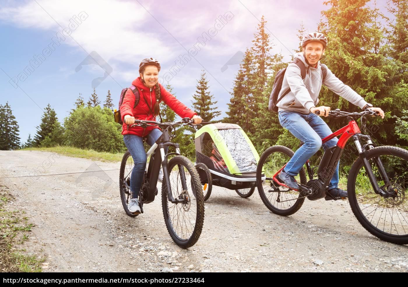familie, mit, kind, in, anhänger, reiten - 27233464