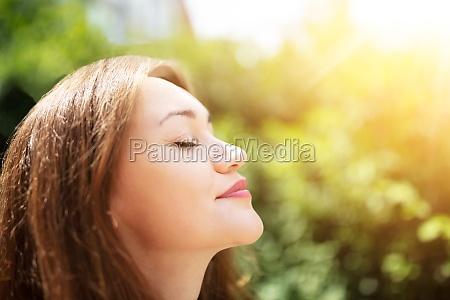 junge frau atmet frische luft