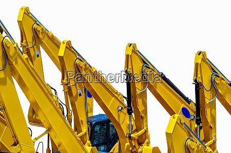 gelber bagger mit hydraulischem kolbenarm auf
