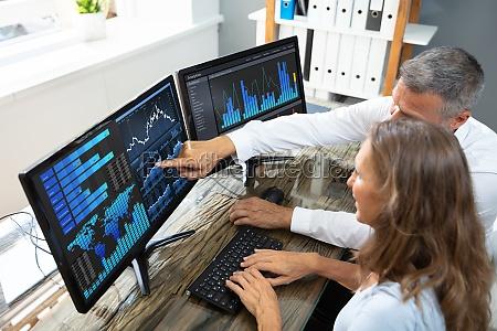 boersenmakler analysieren graphen auf laptop
