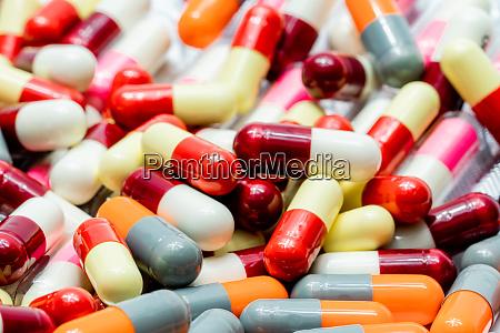 haufen von bunten antibiotika kapsel pillen