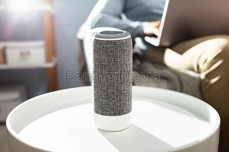 mann hoert wireless lautsprecher auf moebeln
