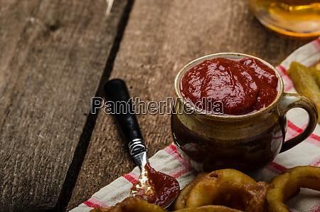 zwiebelringe heisser dip pommes frites und