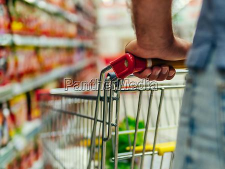 einkaufswagen im supermarktgang kopierplatz