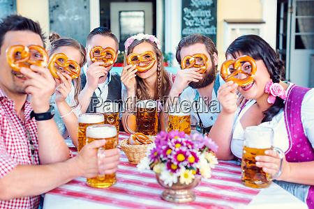 gruppe im bayerischen biergarten mit blick