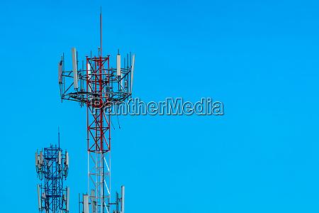 telekommunikationsturm mit blauem himmel und weissen