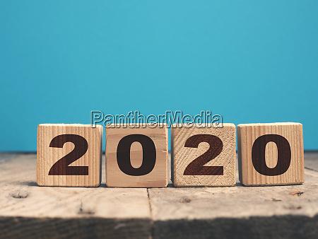 das jahr 2020 auf holzbloecken