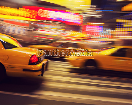 traditionelles gelbes taxi bei nacht new