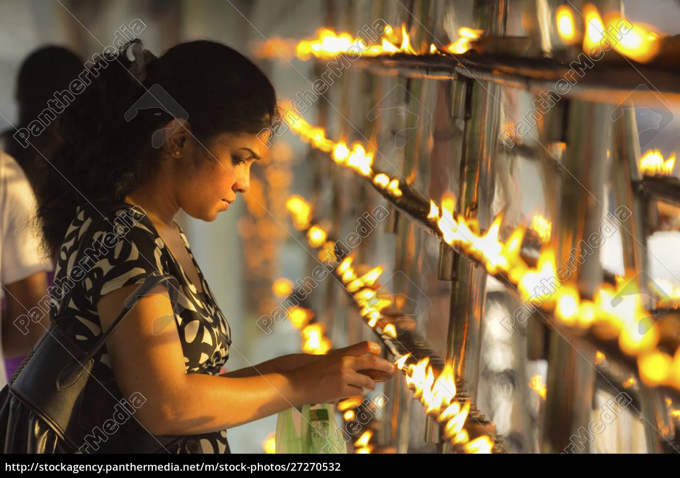 devotee, zündkerzen, bei, sonnenuntergang, im, tempel - 27270532