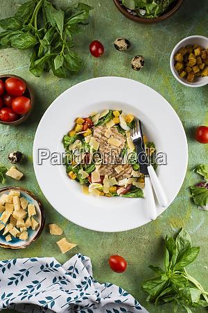 huehnersalat mit kaese und croutons