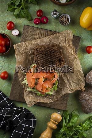 sandwich mit frischem lachs und gemuese