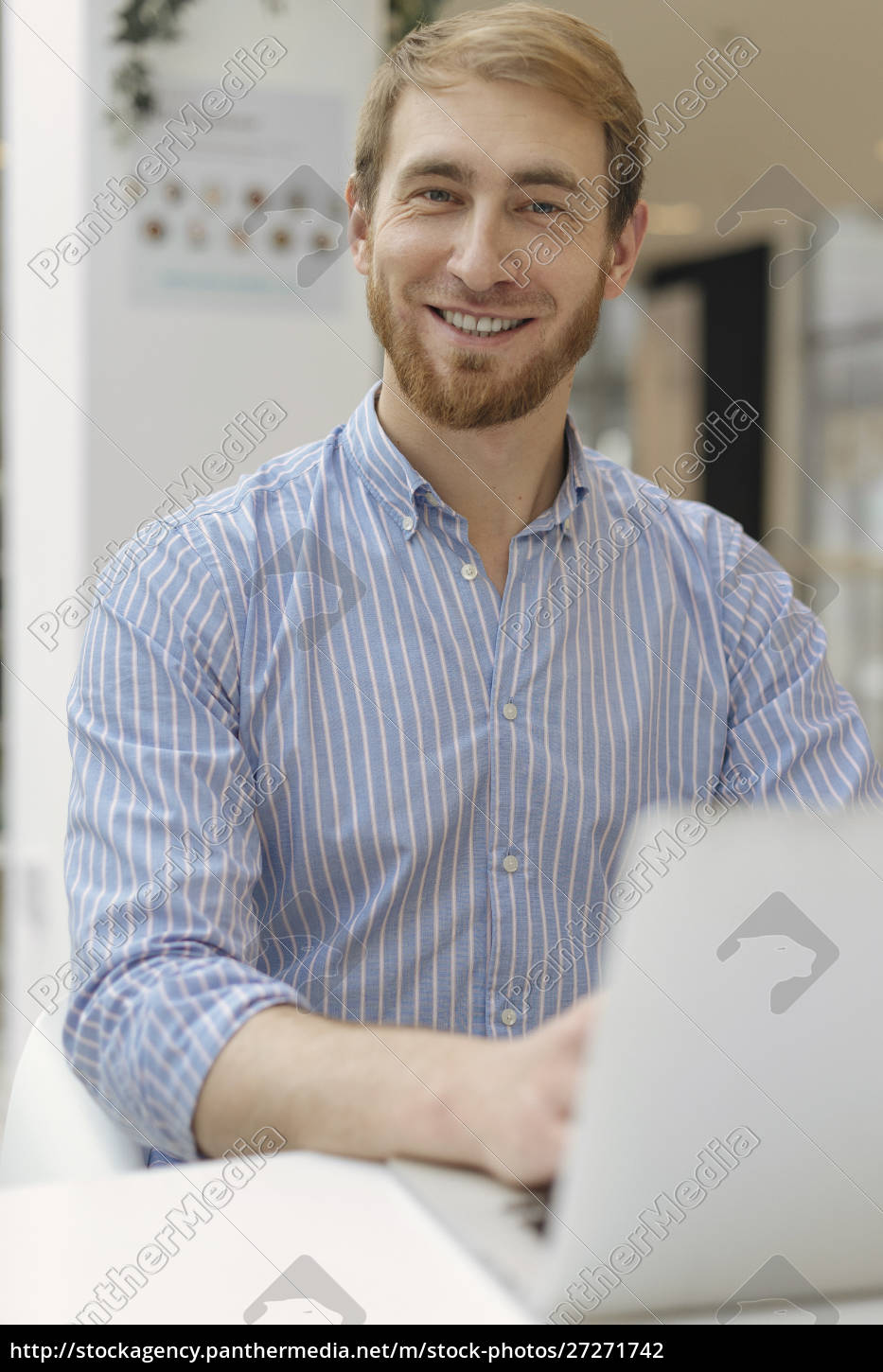smiling, man, using, laptop - 27271742