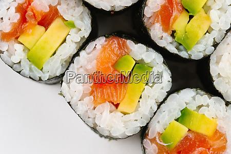 sushi mit lachs und avocado