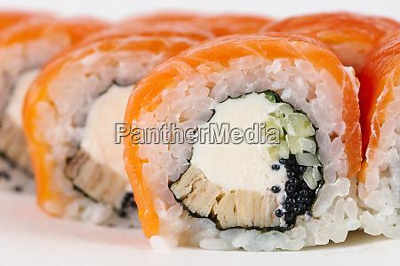 sushi mit lachs und frischkaese