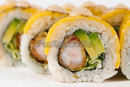 sushi mit surimi und avocado