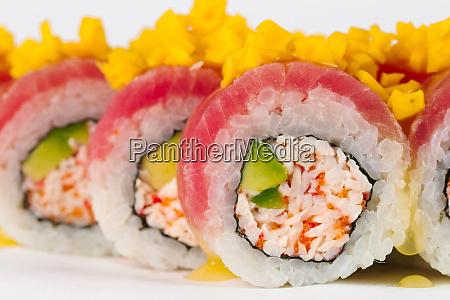 sushi mit surimi und rohem fisch
