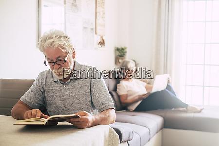 senior mann lesen buch als seine