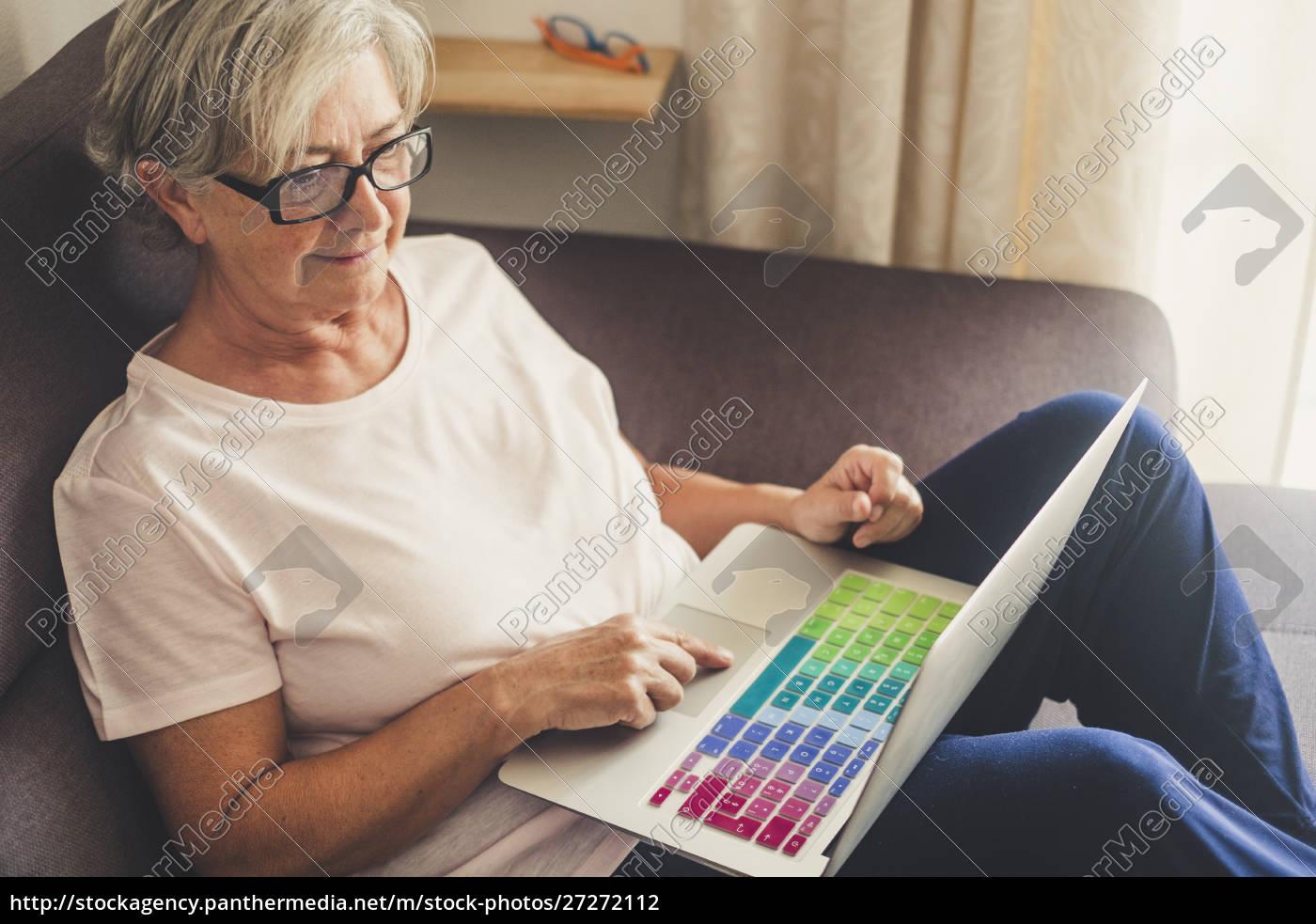 seniorin, mit, laptop, auf, sofa - 27272112