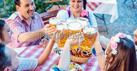 gaeste die im bayerischen biergarten essen