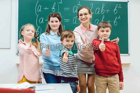 schueler und lehrer im klassenzimmer der